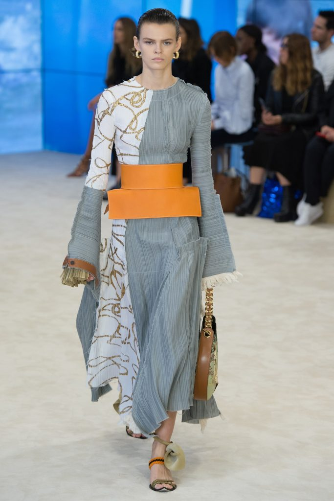 Loewe SS17 Model wearing wide belt on the runway